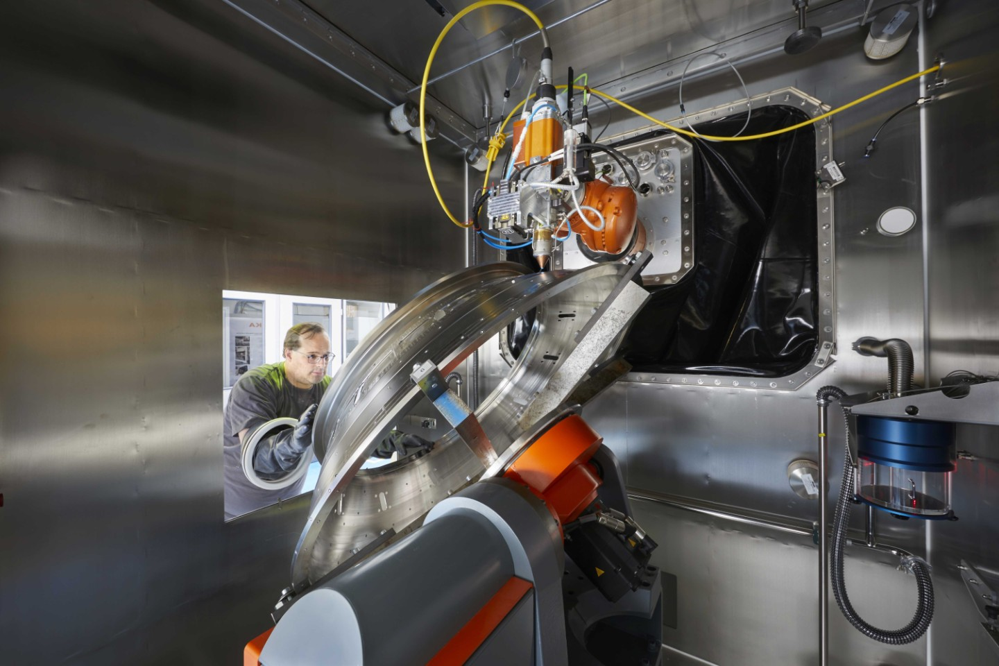 Adjusting the component in the protective gas cell of the ProLMD-System at project partner KUKA in Würselen/Germany.